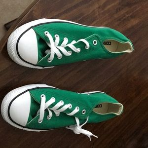 Women's Converse size9 green in color